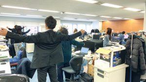 お昼の眠気をリフレッシュ!オフィス体操で仕事効率アップを。~健康向上委員会~